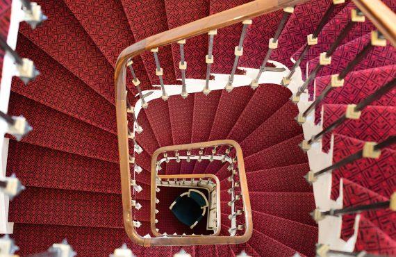¿Se puede instalar una silla salvaescaleras en escaleras curvas?