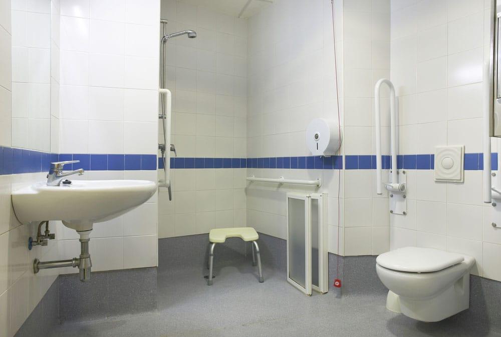 Cuarto de baño adaptado mayores y discapacitados con poca movilidad